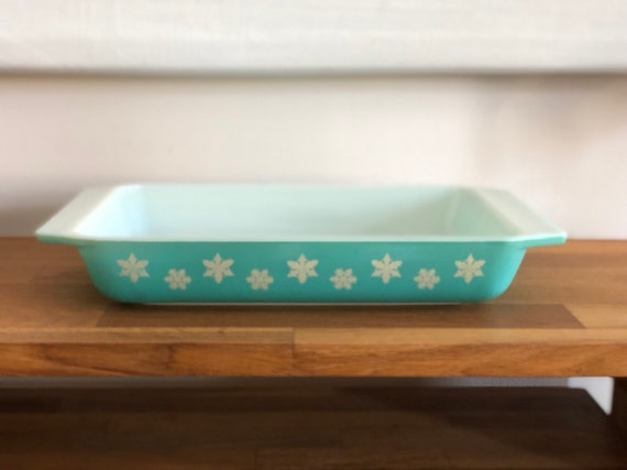turquoise coloured JAJ Pyrex space saver in the Gaiety Snowflake pattern casserole