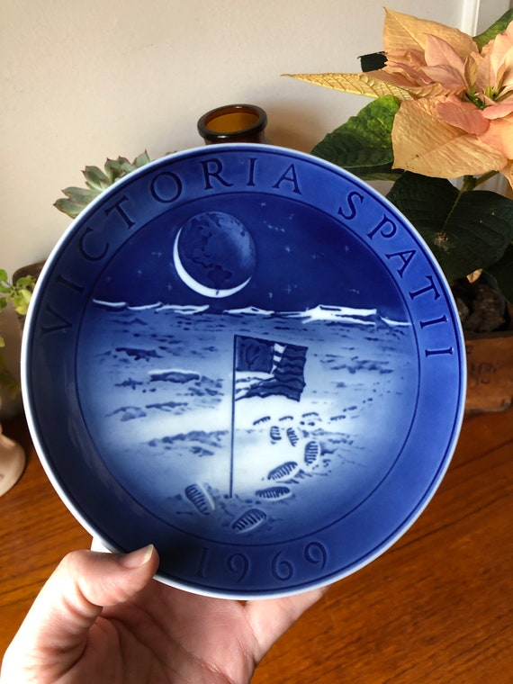 Vintage Royal Copenhagen commemorative wall plate from 1969 Victoria Spat 11 moon landing / Space exploration astronaut