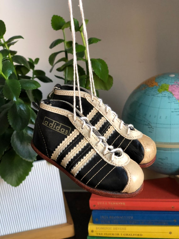 Autographed 1954 adidas World Cup football shoes miniature souvenir football boots soccer cleats signed by players autographs autograph