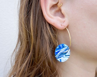 Large Creoles with marbled blue insert, polymer paste and stainless steel, made in France