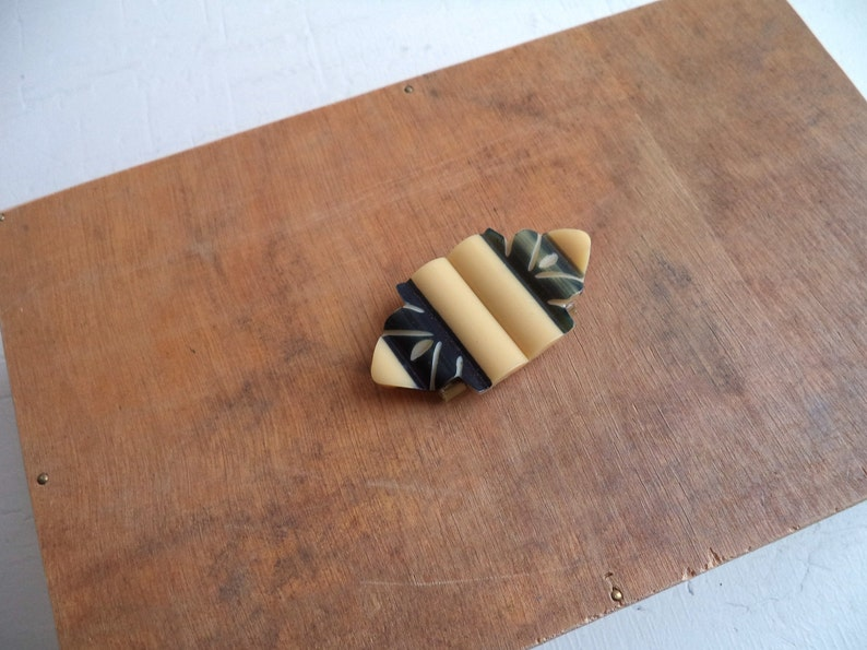 Geometric Floral Small Size Vintage 1940/'s Navy and Cream Carved Plastic Bakelite Belt Buckle Two-tone