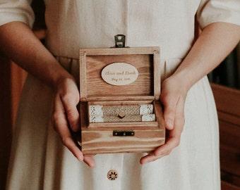 Caja del anillo de boda personalizado. Soporte de aro de madera con corazón. Portador del anillo rústico. Caja romántica.