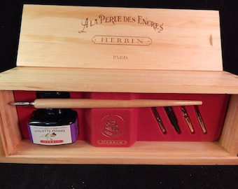 Herbin La Perle Des Encres Calligraphy Wooden Gift Box Set w/ 1 Brause Wood Nib Holders, 5 Brause Steel Nibs, 30ml Bottle Violet Ink