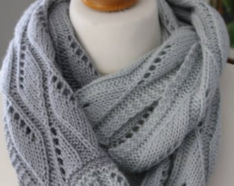 Rhombic - A two colour lace cowl or scarf