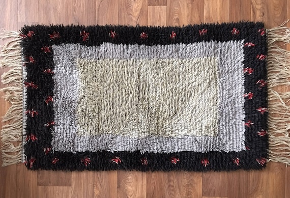 Swedish vintage ryamatta rug pure wool circa 1970's grey and red decoration