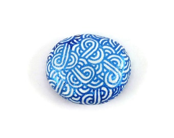 White painted stone with metallic blue doodles magnet, white and blue abstract painted pebble magnet, modern and original magnet