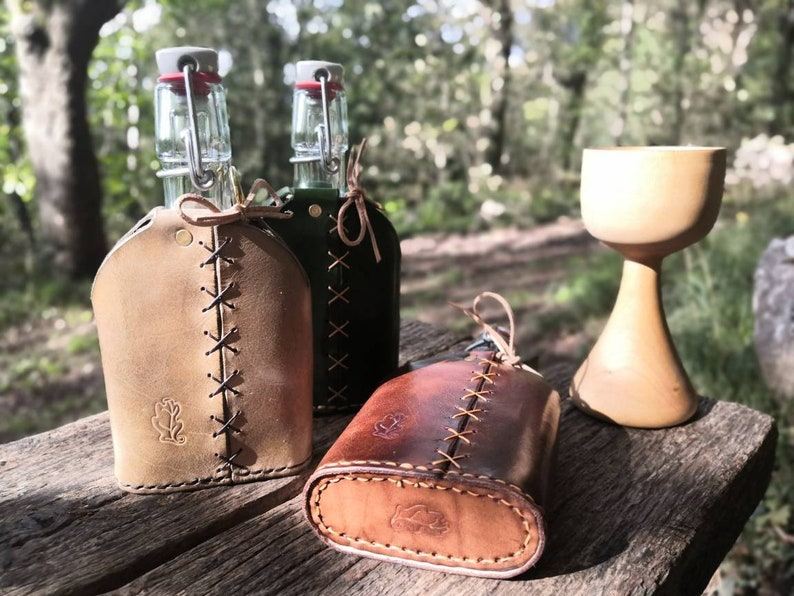 Leather bottle cover for water gin wine spirits. Hip flask. image 0