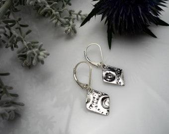 Sterling silver diamond shape earrings, losange earrings, silver earrings, minimalist earrings, small earrings, textured earrings