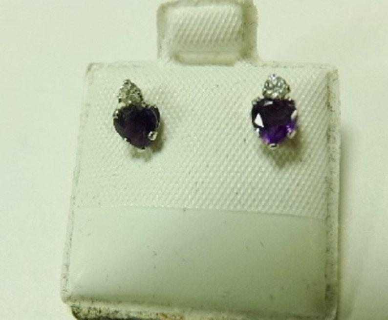 d38ab983069a Pendientes amatistas CZ Cubic Zirconia Acentos Deep Purple Post marca de  triángulo Vintage de plata.925 en forma de corazón