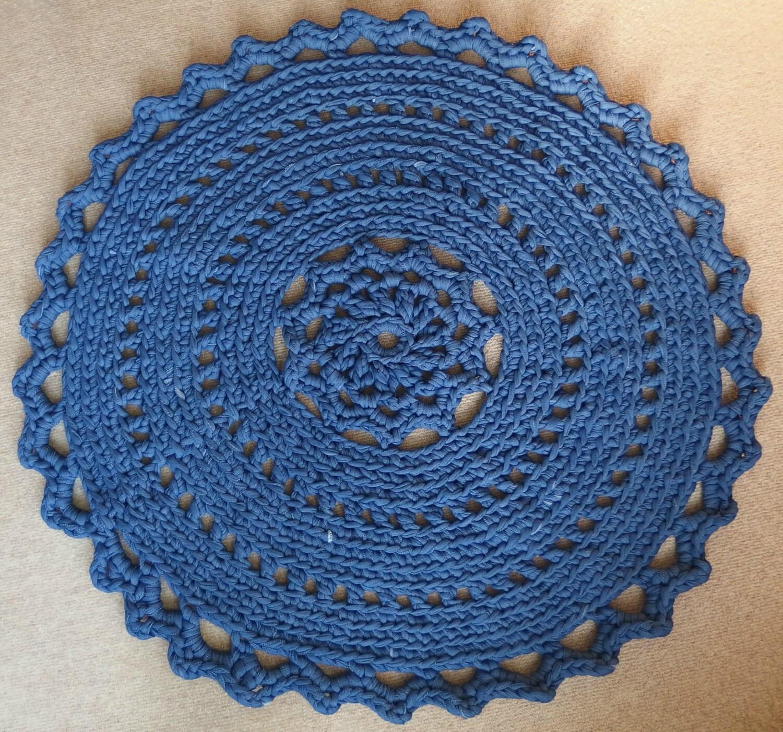 Teppich häkeln von Zpagetti-Garn in der Farbe Jeansblau.