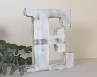 lettre  en bois E blanc patiné à poser . Décoration personnalisée,  mariage,  anniversaire, naissance
