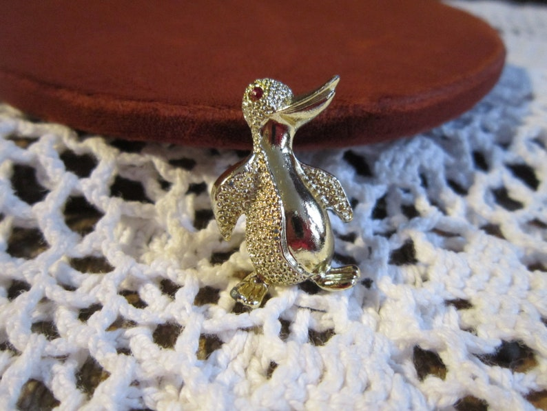 Beautiful Penguin Brooch Silver Tone