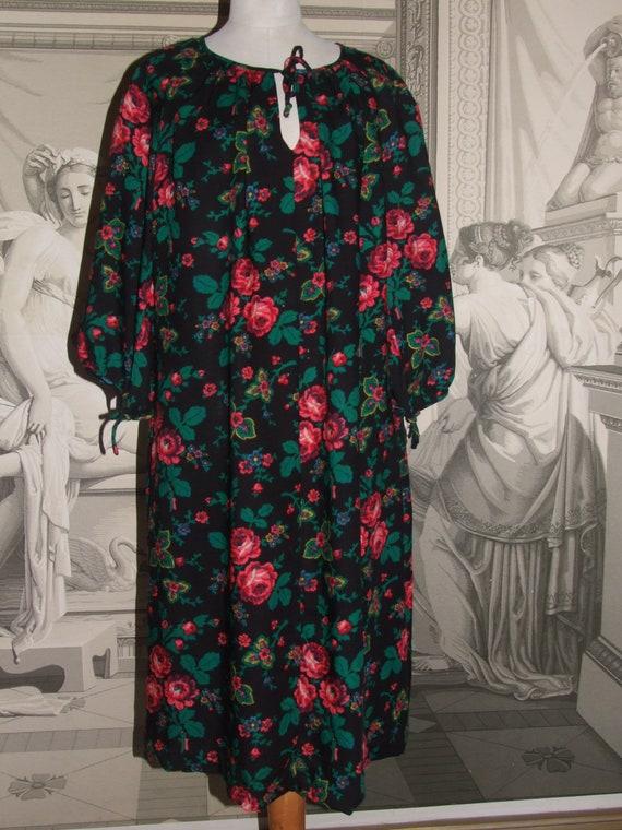FASHIONABLE Vintage Folk Dress! Rare Characteristi