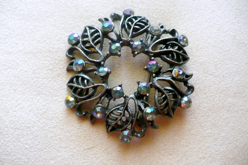 Beautiful Vintage Round Leaf Brooch Surrounded by image 0