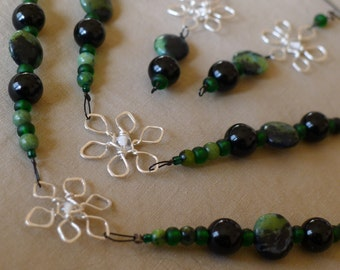 Black lacquered beads and green stone beads* 6-pointed flower-snowflake-stars* choker to necklace with matching earrings