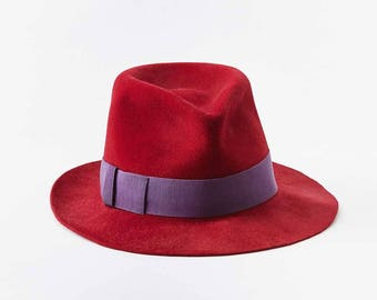 Fedora rouge avec ruban violet