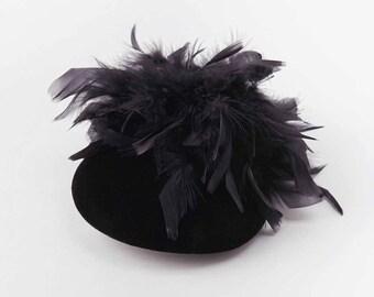 Chapeau de cocktail noir garni de plumes