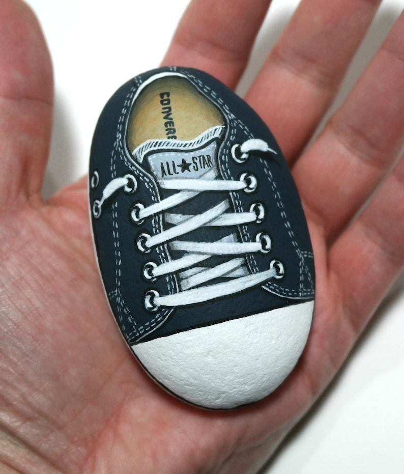 Handgefertigte lila All Star Converse Schuh! Von Hand ist auf natürlichen Meer Stein mit Acrylfarben gemalt und fertig mit Satin Lackschutz