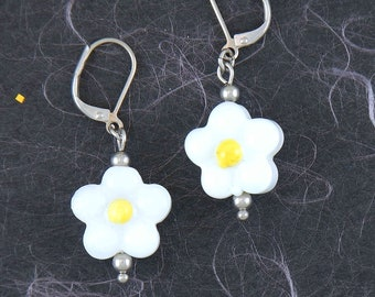 Small Murano glass daisies earrings on hypoallergenic stainless steel in 3 colours: white-yellow, white-black, black-white