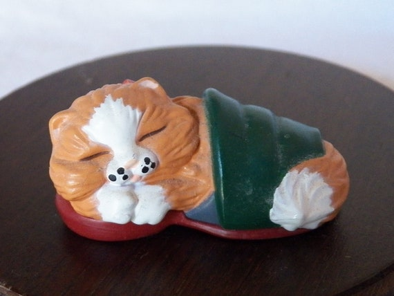 Vintage 1988 Hallmark Merry Miniature Kitten in Slipper QFM1544