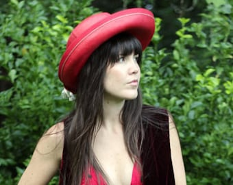The Red Hat Society  1970s Vintage South American Red Straw Derby Wide Brim  Hat Con Tassels 22bf2cb40f0f
