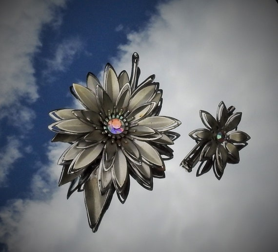 Vintage Mid Century Art Nouveau Pair of Silver Tone Open Work Borealis Rhinestone Daisy Flowers Large Brooch /& Matching Scatter Pin