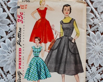 1950's Swing DRESS Full Circle Skirt with notched scoop neckline decoration.