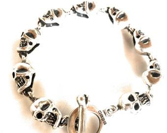 Pirate skull bracelet in solid silver 925 with T-bar bone.Bracciale pirata teschi in argento 925 massiccio con chiusura t-bar