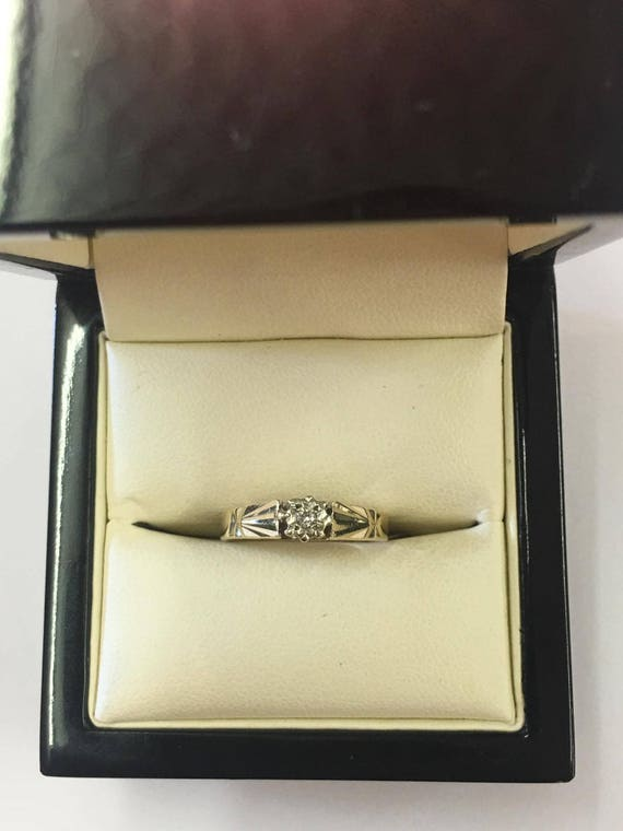 Vintage 9ct Yellow Gold Solitaire Diamond Engagement Ring With Pattern Detail On Shoulders Size L