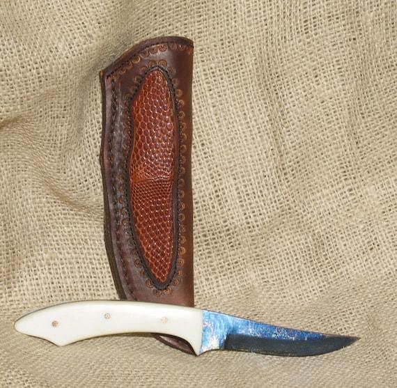 Beau cobalt bleui acier Damas couteau, avec étui en cuir personnalisé 6e41474484f