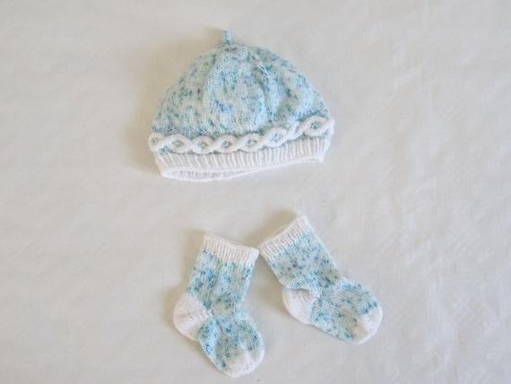 f8786176c8cc Ensemble bonnet et chaussettes pour bébé avec torsade   Etsy