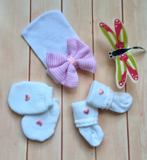Keepsake Gift NEWBORN BABY with pink striped beanie hat bow socks and mittens