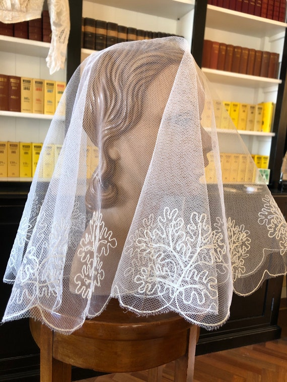Beautiful 1950s embroidered short scalloped veil - image 10