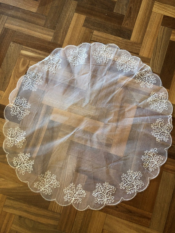 Beautiful 1950s embroidered short scalloped veil - image 8