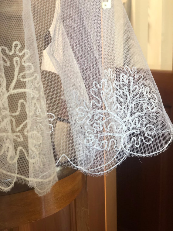 Beautiful 1950s embroidered short scalloped veil - image 5