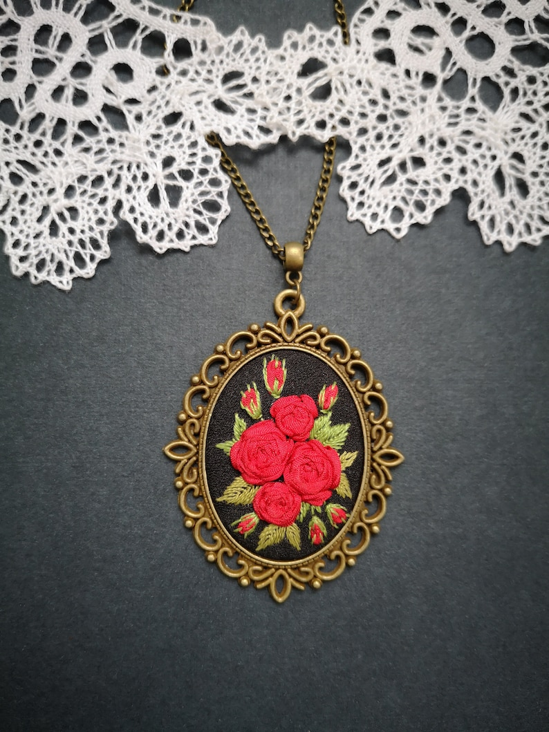 Red roses necklace image 0