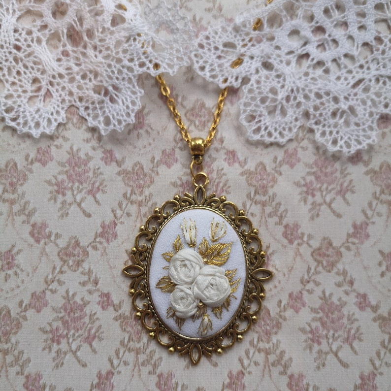 White and gold roses necklace image 0