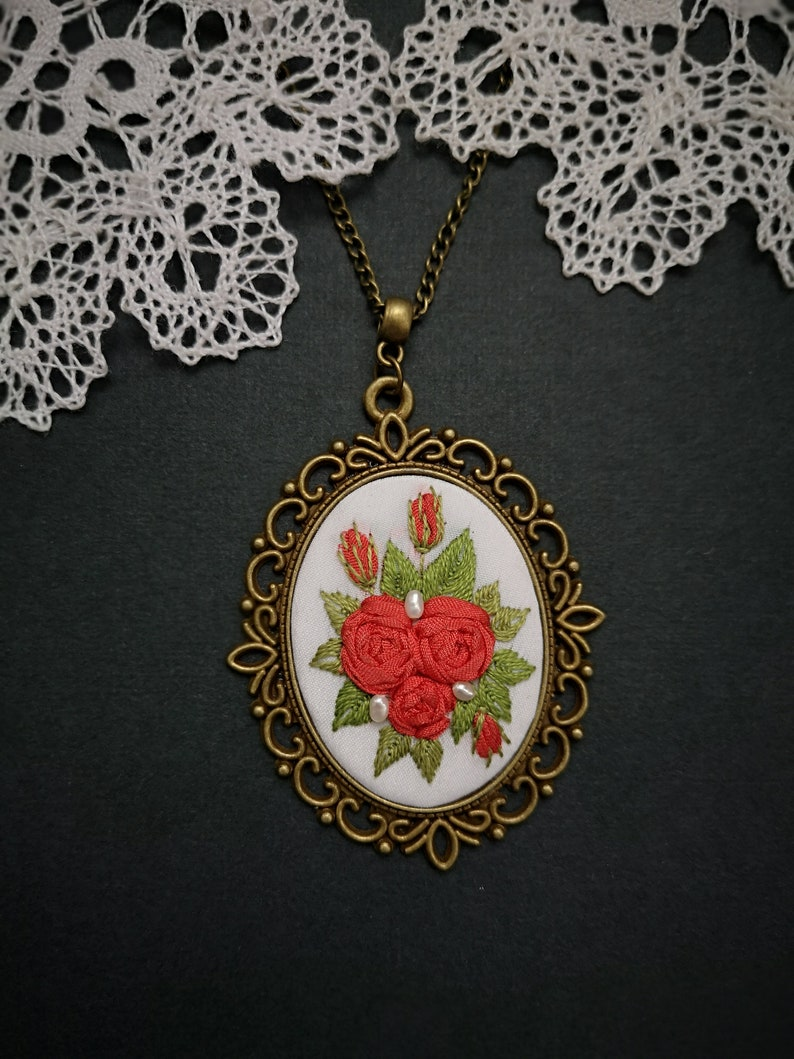 Red roses and white necklace image 0