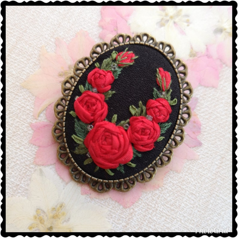 Wreath of red roses brooch image 0
