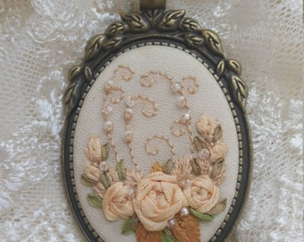 BAR2 ivory roses necklace