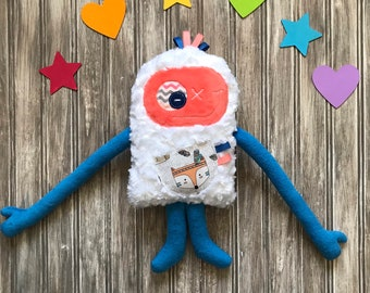 Les Monstres à Câlins, Cuddle Monster plush toy coral and blue with retro with a fox on the front pocket. Kisses and hug holder fo kids