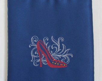 Shoe bag in blue fabric embroidered with toile shoe.