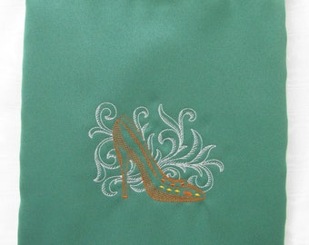 Shoe bag in green fabric with toile shoe embroidery.
