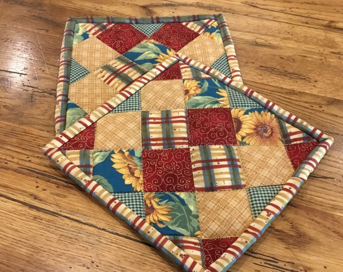 Set of quilted pot holders. These homemade potholders are approximately 8x8, great for gift giving and receiving.