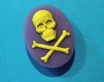 Oddities Needle minder WHITEBLACK 1.5 x 1.125 Inch  40 x 30mm - For Needle Crafts White Skull /& Crossbones