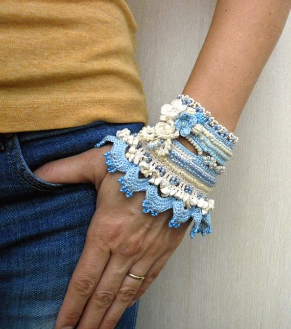Armreif In Blau Mit Gehäkelten Blumen Freiform Häkeln Etsy