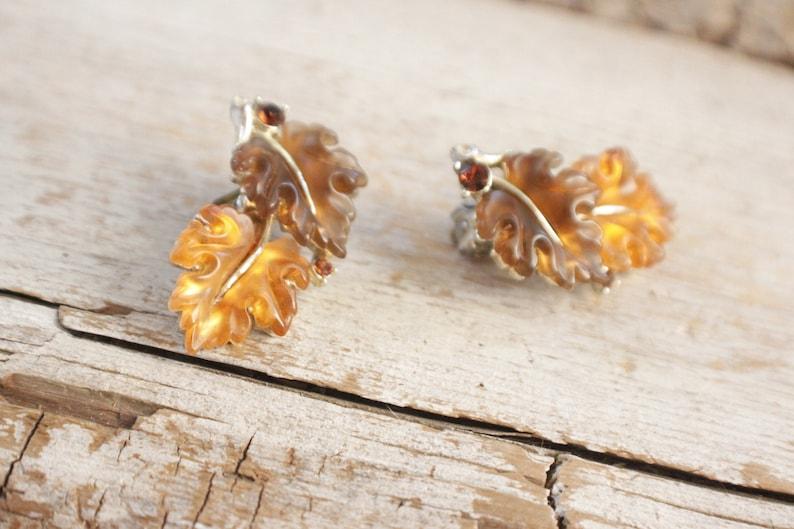 burst of vintage costume jewelry Vintage Lisner Thermoset Oak Leaf earrings Demi Book Piece 1950s molded glass leaf clip earring