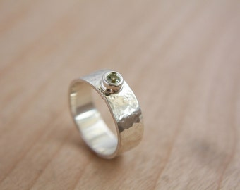 Hammered sterling silver ring with peridot / hammered / ring / hammered ring / simple ring / peridot / women ring / bezel