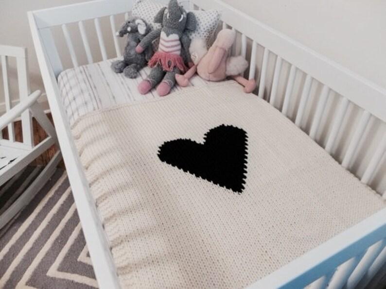 Baby stubenwagen in der nähe von schlafenden mutter im krankenhaus