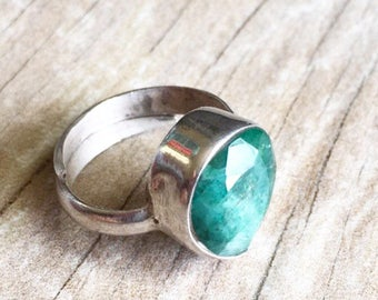 Tear drop silver ring, emerald tear drop silver ring, emerald silver ring, boho stone silver ring